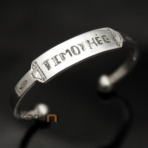 Name engraving on bracelet, personalised ring on one face